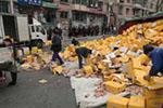 货车侧翻三千箱饮料满地滚 路人帮忙七万余瓶饮料一瓶没丢