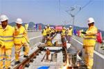 杭黄铁路铺轨全线贯通 计划今年年底建成通车