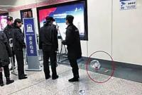 男子带金鱼上地铁被拦把鱼倒地上:金鱼为啥不能乘?