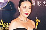 刘嘉玲颁奖礼压轴进场 黑色低胸腰间透视裙超性感
