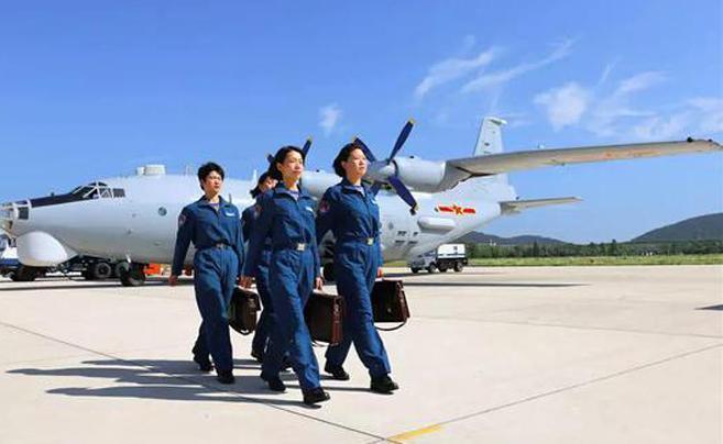 海军首批空中女战勤亮相 探海空女神成长历程