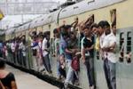 印度火车22节车厢脱离车头 载千人滑行12公里