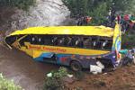 肯尼亚一客车翻车坠河造成至少17人死亡