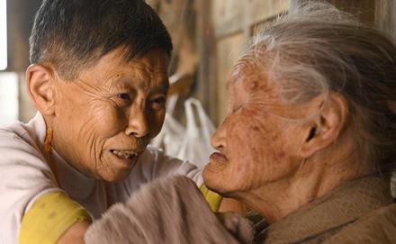75岁残疾女儿照顾104岁母亲