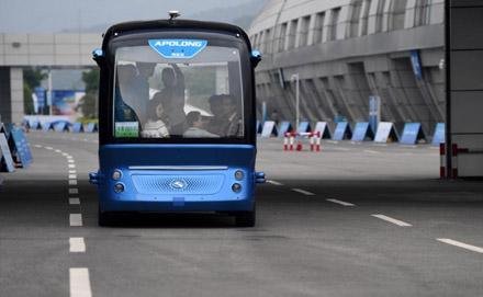 中国首款商用级无人驾驶巴士开放试乘体验