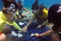 玩出新花样!埃及潜水员海底围坐打扑克