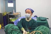 戴颈托一天做6台手术 他说不想患者等太久
