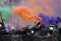 法国巴黎2万人五一大游行 现打砸纵火暴力场面
