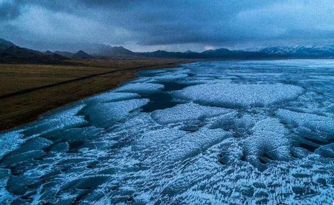 """新疆赛里木湖成""""蓝冰世界"""""""