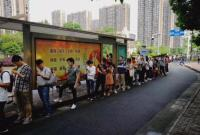 没有插队喧哗 杭州一公交站台天天排起150米长队