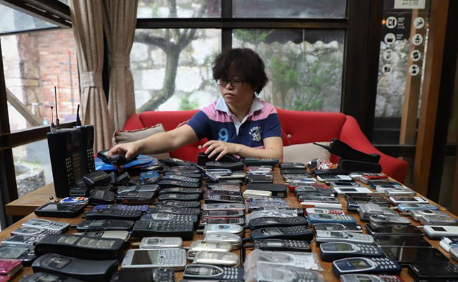 她耗时15年收藏300余台各年代手机