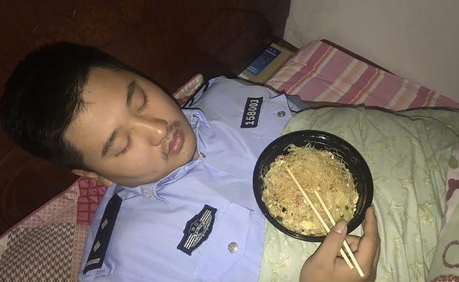 心疼!加班办案 他竟抱着半碗炒粉干睡着了