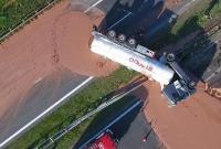 波兰一油罐车侧翻 12吨热巧克力洒落公路