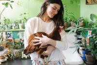 模特收养被弃母鸡与其形影不离