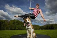 美女兽医与宠物犬欲为募捐演钢管舞