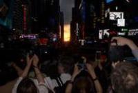 美国曼哈顿悬日忽隐忽现吸引万众聚焦