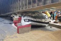 男子开车遭25吨大卡车压顶后奇迹生还
