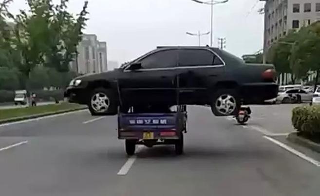 """三轮车""""扛""""报废轿车上路被记9分罚1300元"""