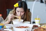 美女大胃王一顿能吃8斤炒饭