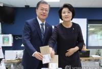 韩国总统文在寅夫妇进行地方选举缺席投票