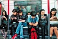 美研究:刷社交软件加剧中年焦虑 对青年影响较弱