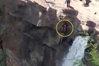 男子在瀑布上方摆拍 为找最佳角度不幸坠亡