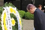 日本前首相参观南京大屠杀遇难同胞纪念馆