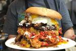 美餐厅推出7人份猛兽汉堡 重15磅