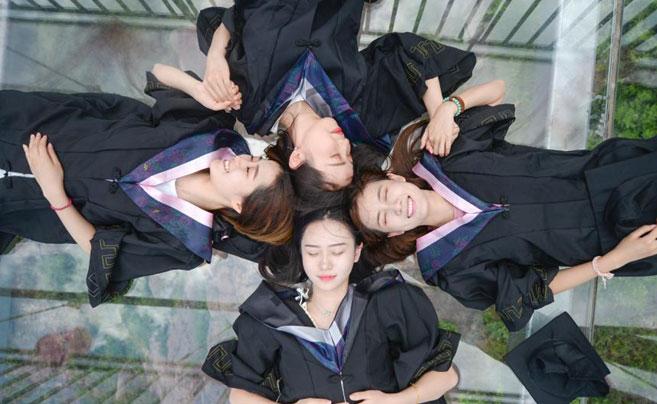 高校学子拍创意高空毕业照