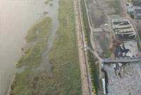 中央督察两年还不改!数万吨污染物就这样堆放长江边