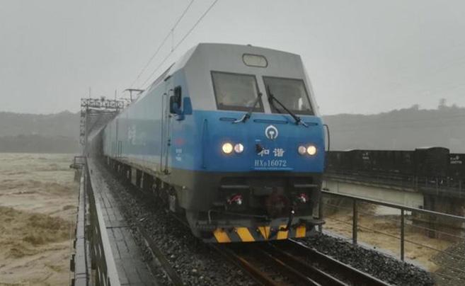 8千吨火车开上涪江铁路大桥抗洪