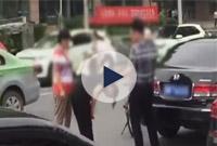 女孩骑车撞坏轿车90度鞠躬道歉 车主的举动却是……
