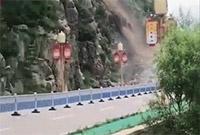 视频现场:五台山景区核心区发生山体滑坡 道路阻断