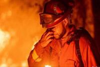 """加州山火肆虐5万人撤离 树木被""""火龙卷""""连根拔起"""