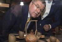 中国艺术家首次在奥林匹克博物馆举办冬奥主题紫砂艺术展
