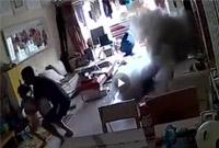 13秒烧了一个家 监控拍下的这一幕太吓人了!
