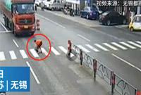 痛心!女子为救受伤小狗冒险横穿马路 下肢遭货车碾压