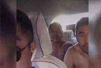 4个汉子打车时一起脱光上衣!司机和网友却都被感动了…