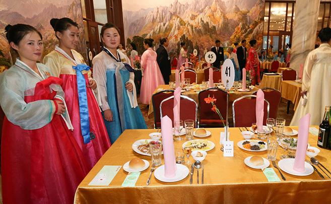 朝韩离散家属在朝鲜金刚山共进晚餐