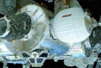 宇航员睡觉时太空舱内壁发现一个小洞 谁干的?
