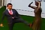 日本代表赴台脚踹慰安妇铜像 遭怒吼:不认错别走!