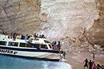 希腊悬崖落石引发巨浪致3条游船倾覆