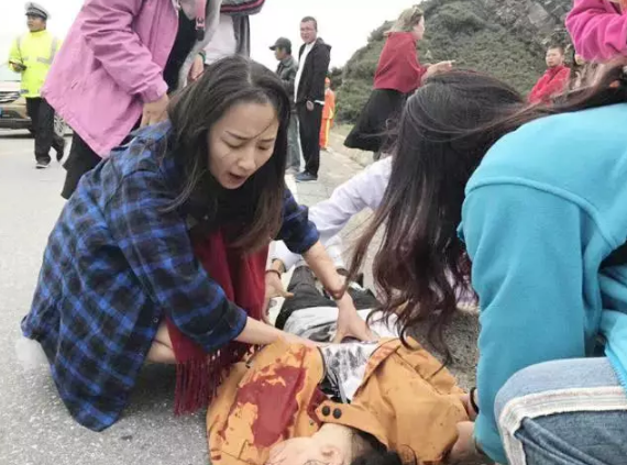 最美新娘!美女护士蜜月游遇见车祸 烈火中救4人