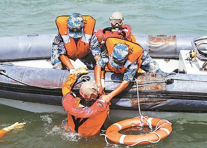 海军开展实战化援潜救生演练掠影