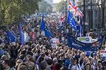 对脱欧方案不满 67万英国民众走上街头要求举行二次公投