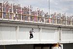 洪都拉斯移民挤爆墨危边境大桥