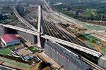 郑万高铁1.65万吨大桥转体成功