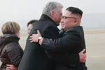 古巴领导人访朝金正恩到机场迎接 两人同车巡视