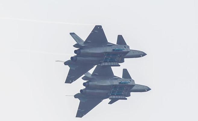 歼-20首次四机编队亮相并开启弹仓