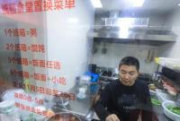 """杭州有家""""深夜食堂"""" 纸箱免费换热食"""